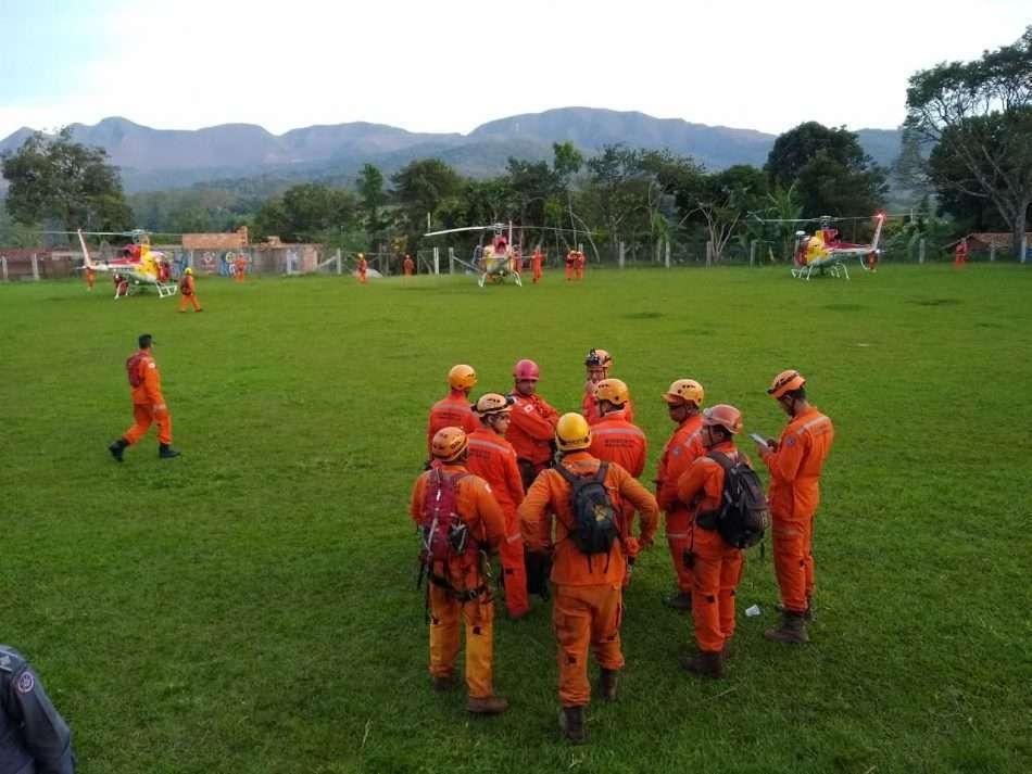 Bombeiros trabalham em resgate