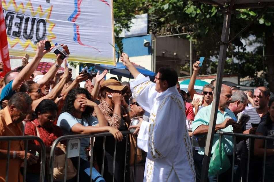 Durante a celebração, carteiras de trabalho foram hasteadas para serem abençoadas